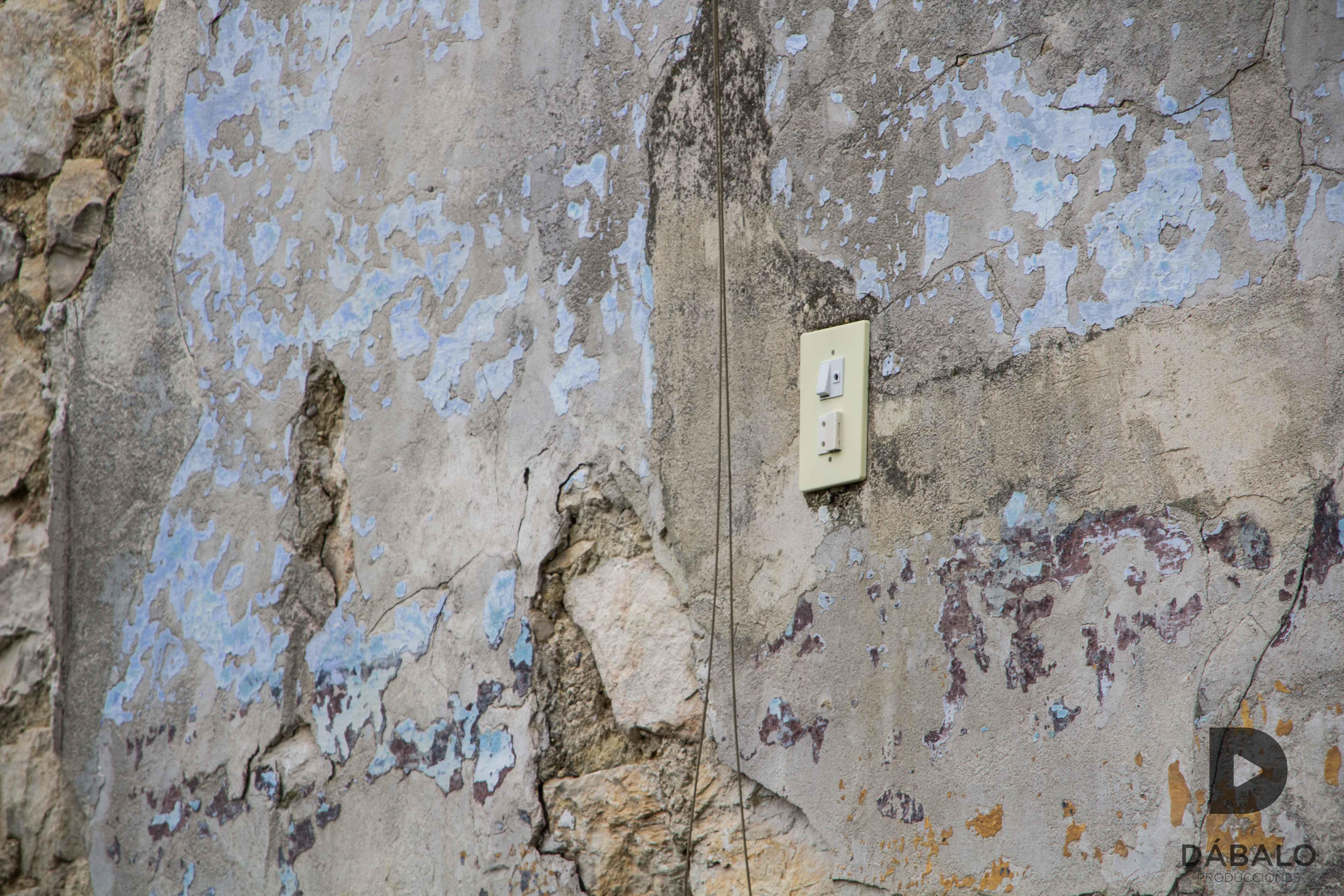 FOTO 9: Detalle de un enchufe de corriente que aún permanece en una de las paredes de un solar abandonado, por las callejuelas de La Magdalena.