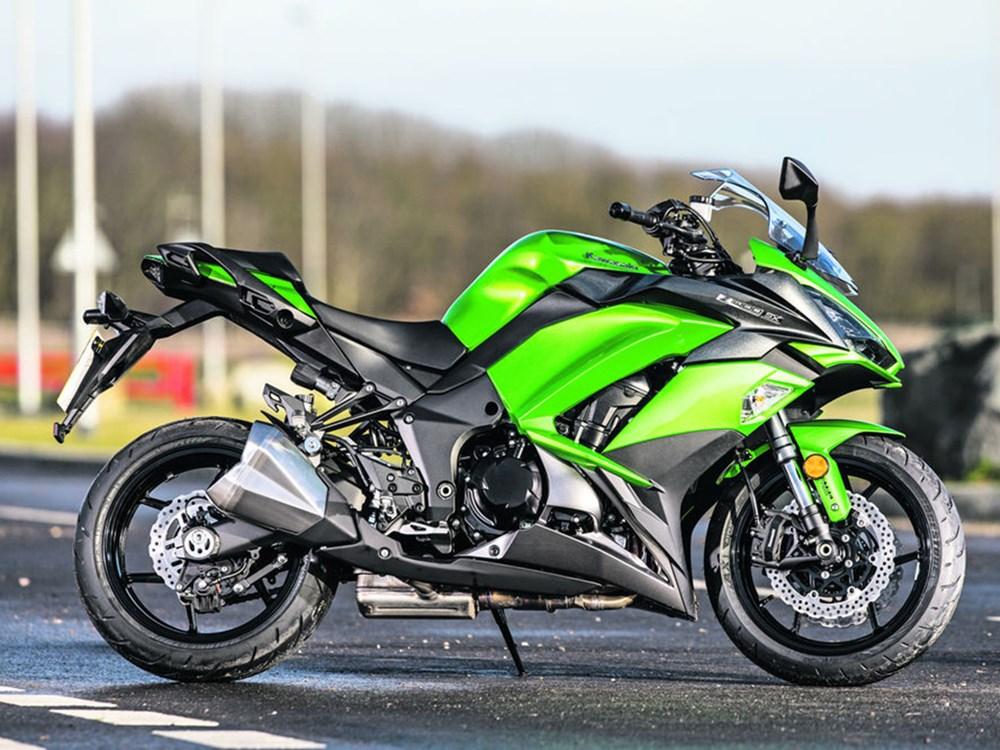 Viajera y deportiva, así es la Kawasaki Z1000 SX, que muestra su doble personalidad y mejora en los aspectos tecnológicos, eficientes y de diseño para disfrutar de largas rutas o de deportivos recorridos.